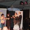 QUARTA-FEIRA, 1º — Esta edição do evento terá como patrona a escritora Valesca de Assis (ao centro, de blusa preta). Na foto, ela recebe uma homenagem da autora Cíntia Moscovich, que ocupou o cargo na última Feira do Livro de Porto Alegre.
