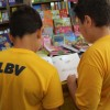 TERÇA-FEIRA, 14 —Os atendidos aproveitaram o dia para percorrer os corredores da Feira do Livro. Boa, garotada! o/