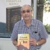 QUARTA-FEIRA, 15— Durante sessão de autógrafo, o escritor José Macedo dedicou um exemplar de sua obra literáriaintitulada