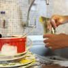 Lavar a louça com a torneira meio aberta durante 15 minutos consome 117 litros de água em casa e 243 litros em apartamentos. Com economia, o consumo pode chegar a 20 litros. Por isso, ao lavar a louça, limpe os restos de comida dos pratos e panelas e só depois abra a torneira para molhá-los. Com a torneira fechada, ensaboe toda a louça e, então, abra a torneira para enxaguar.