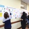 Os participantes puderam curtir, comentar e compartilhar as suas experiências em um mural exposto na sala de aula, que imitava uma página do facebook.