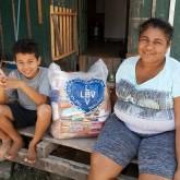 Palhoça, SC — A família daLourdes Padilha foi beneficiadacom a cesta de alimentos da iniciativa solidária da LBV.Eles são moradores do bairro Frei Damião, um dosmais carentes do município.