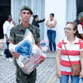 Florianópolis, SC —Os soldados do 63º Batalhão de infantaria contribuiram voluntariamente na entrega das cestas de alimentos para as famílias em situação de vulnerabilidade social.