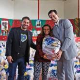 São José, SC —O diretor da TV Catarina da rede Bandeirantes, Gregorio Silveira (D), ajudou na entrega de cestas de alimentos para as famílias em situação de vulnerabilidade social da região.