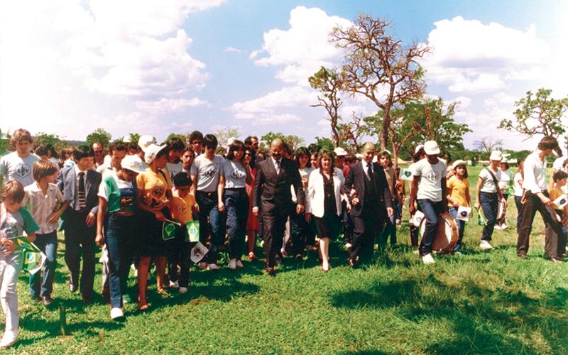 Outubro/1984:A caminhadade Paiva Netto,acompanhadode legionários da Boa Vontade, pelo amplo terrenoonde futuramenteseria erguido oTBV.