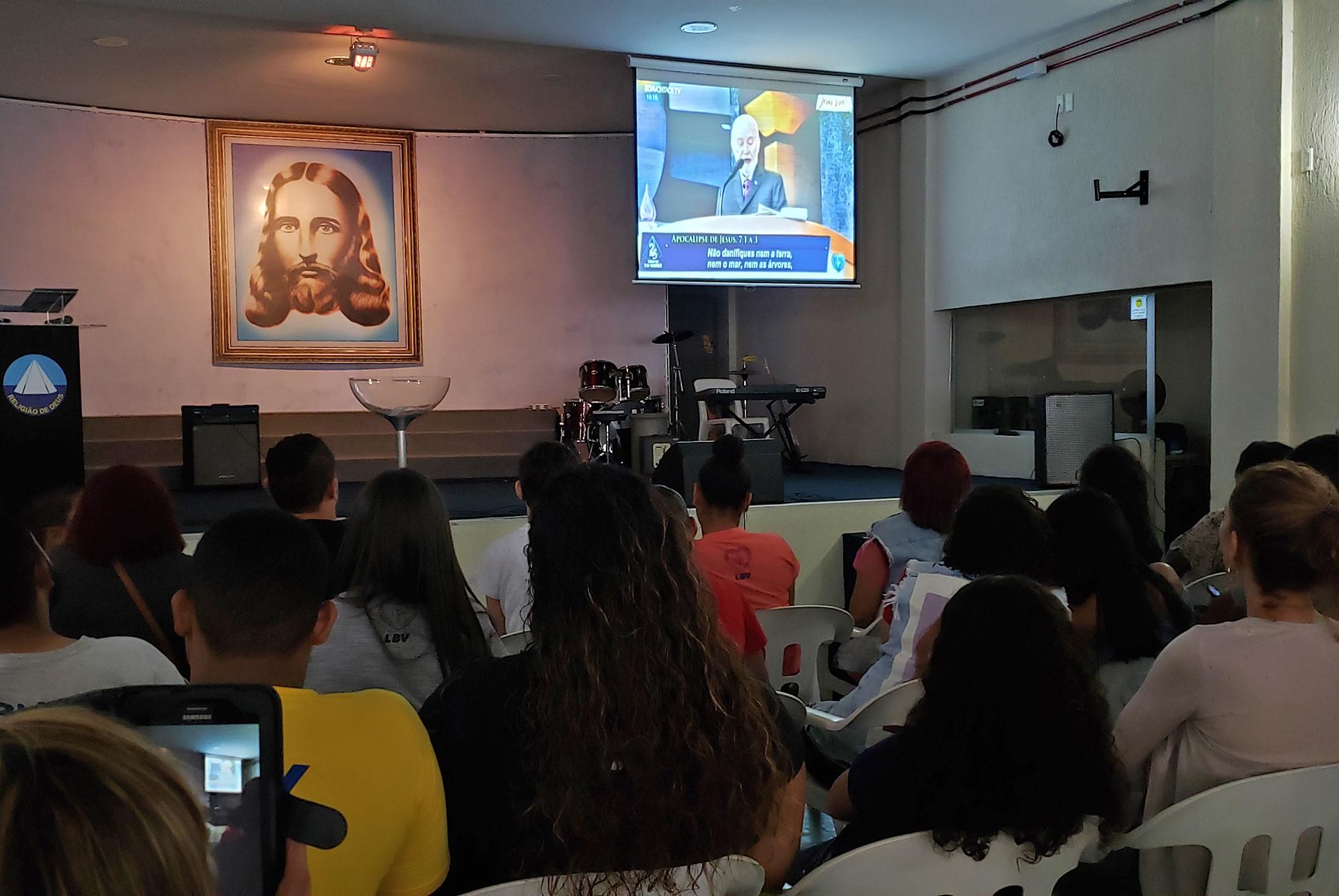 Recife, PE — Juventude Ecumênica da Boa Vontade de Deus acompanha mensagem ecumênica e fraterna do líder da LBV, José de Paiva Netto, no Jubileu de Prata do TBV.