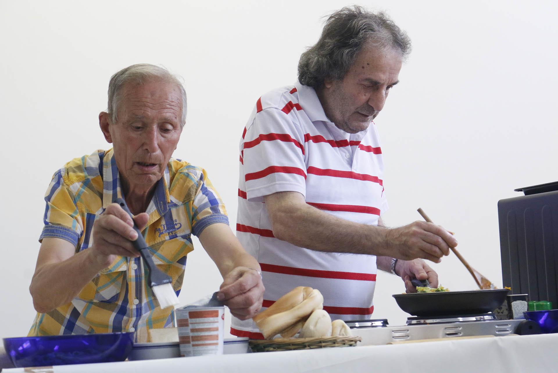 Formandos aprendem como confecionar o pão em sessão informativa na LBV