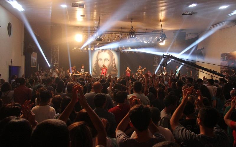 São Paulo, Brazilo — Kun diversaj muzikstiloj, uzante junulan lingvaĵon, la Spektaklo Generacio J, de Jesuo! prezentas komponaĵojn, kiuj laŭdas bonajn valorojn, surbaze de la instruoj de la Ĉiela Amiko, referenco pri Solidareco, Amo, Respekto kaj Justeco.
