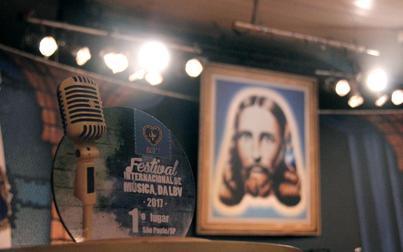 SÃO PAULO, SP– NoFestival Internacional de Música, da LBV, Jesus, o Cristo de Deus, é sempre reverenciado. Pois, como ensina o líder da Juventude Ecumênica, o Irmão Paiva Netto,