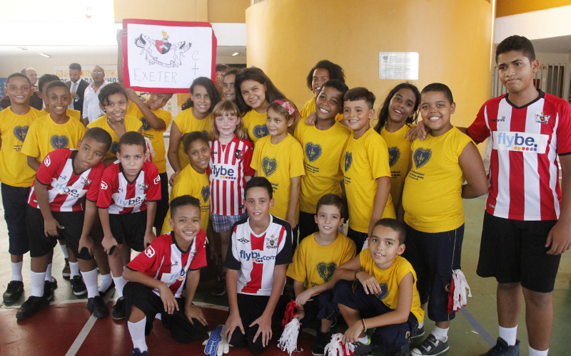 As crianças da LBV retribuíram o carinho e os momentos agradáveis com a  pequena celebridade presenteando fdc492ca50766