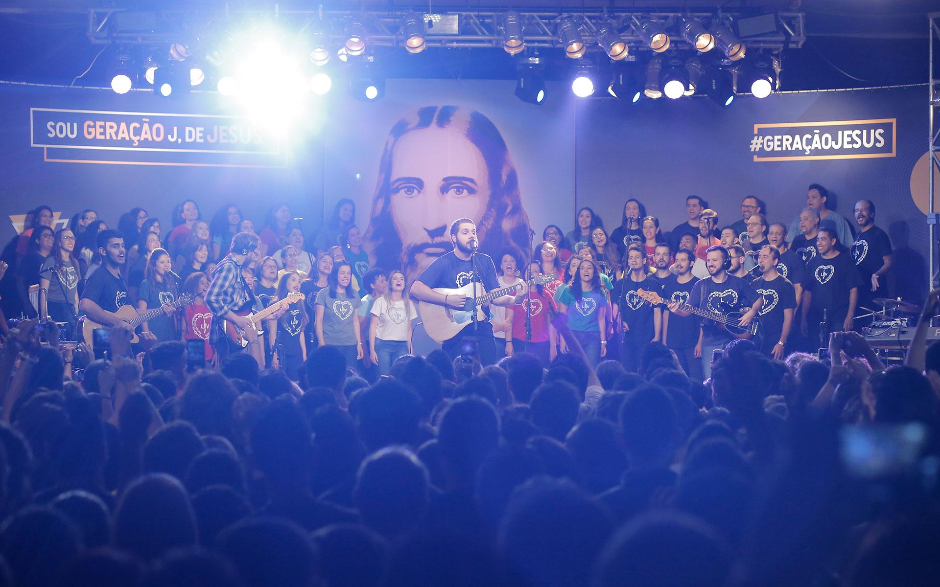 Brazilo — Kun diversaj muzikstiloj, uzante junulan lingvaĵon, la SpektakloGeneracio J, de Jesuo!prezentas komponaĵojn, kiuj laŭdas bonajn valorojn, surbaze de la instruoj de la Ĉiela Amiko, referenco pri Solidareco, Amo, Respekto kaj Justeco.