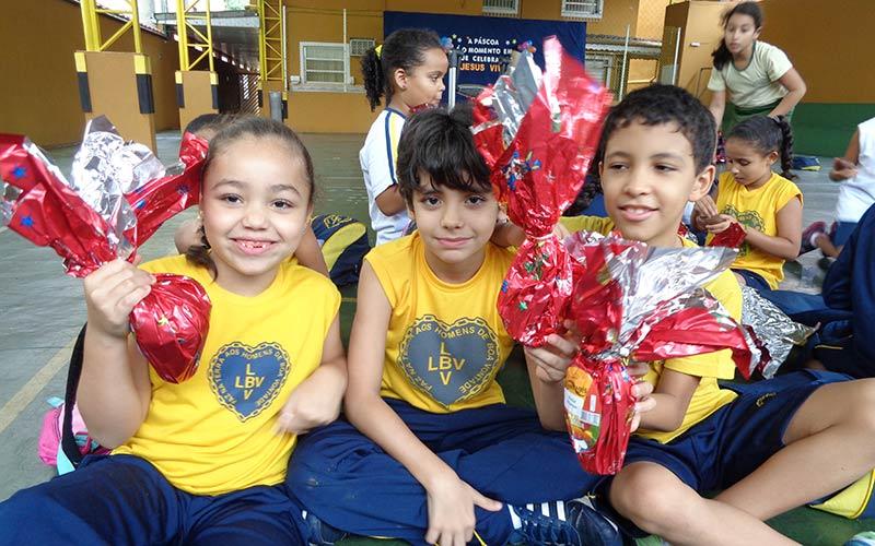 Resultado de imagem para Páscoa Solidária presenteia crianças atendidas pela LBV com chocolates