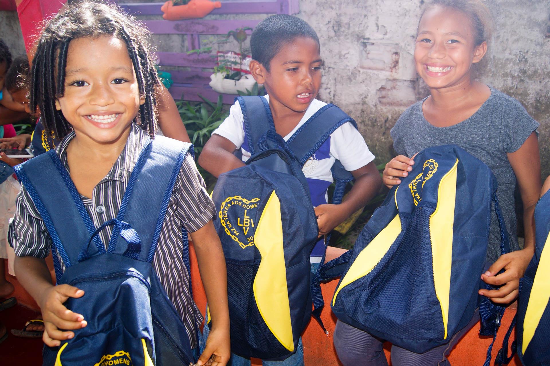 Santana/AP- Durante a entrega dos kits de material pedagógico, os pequenos compartilham momentos de grande alegria.