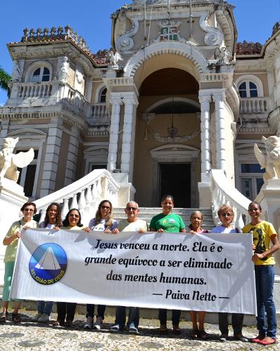 Cristãos do Novo Mandamento de Jesusem frente à Casa D'Iália, local onde há 32 anos ocorreu a Proclamação Jesus Vivo,feitapor Paiva Netto.