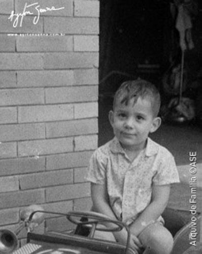 Nascido em 1960 em São Paulo, Ayrton Senna já demonstrava suas afinidades com carros desde pequeno. Na foto, brincava no quintal de casa quando ainda tinha 3 anos de idade.