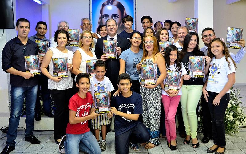 FORTALEZA, CE — Com muita alegria as famílias legionárias estudam a revista JESUS ESTÁ CHEGANDO!