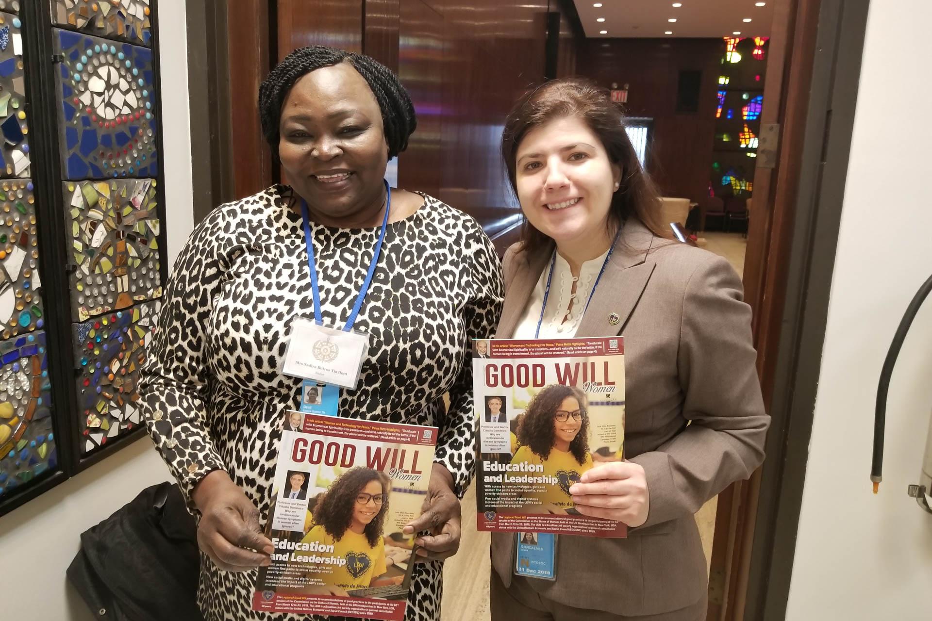 Sadiya Butros Dent, daComunhão Anglicana do Sudão, recebe, de Eliana Gonçalves, a revista da LBV.