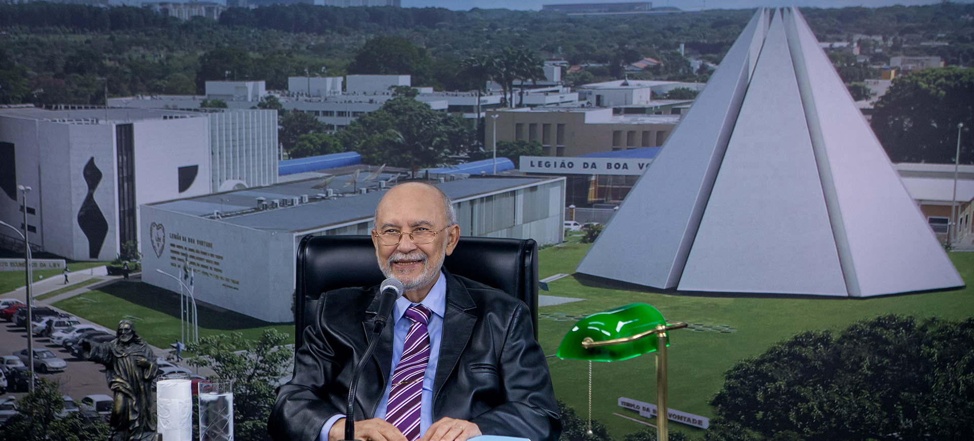 """Sesión solemne, con la palabra del fundador del TBV, José de Paiva Netto que lanzó el libro """"Los muertos no mueren""""."""