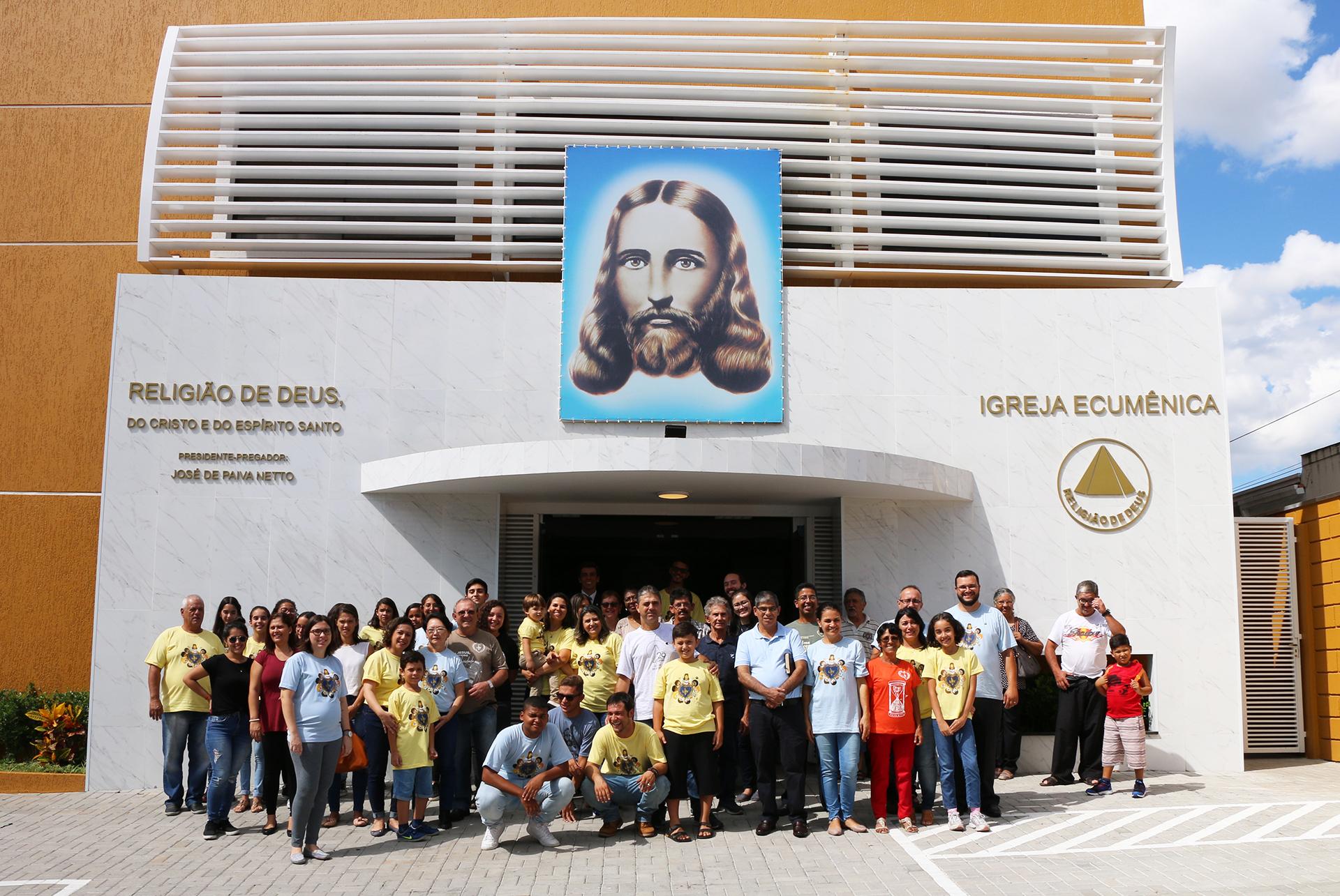 São José dos Campos, SP — Cristãos doNovo Mandamento de Jesus se reúnem em frente às novas instalações da Igreja Ecumênica da Religião Divina.