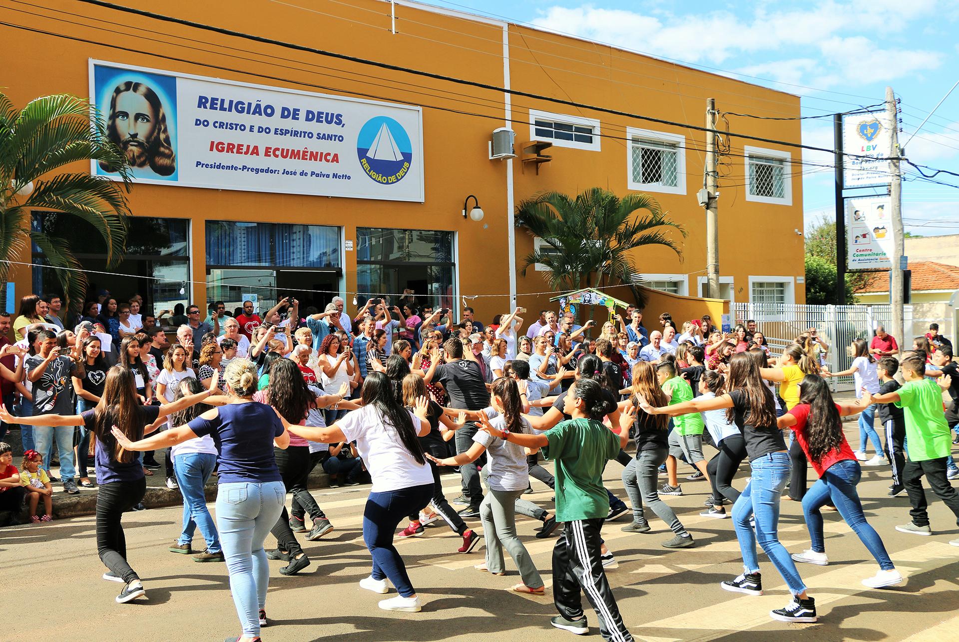 Americana, SP - Público acompanha a coreografia dos jovens que participaram da Oficina de Dança, nas Rodas Espirituais e Culturais, da ÇNB.