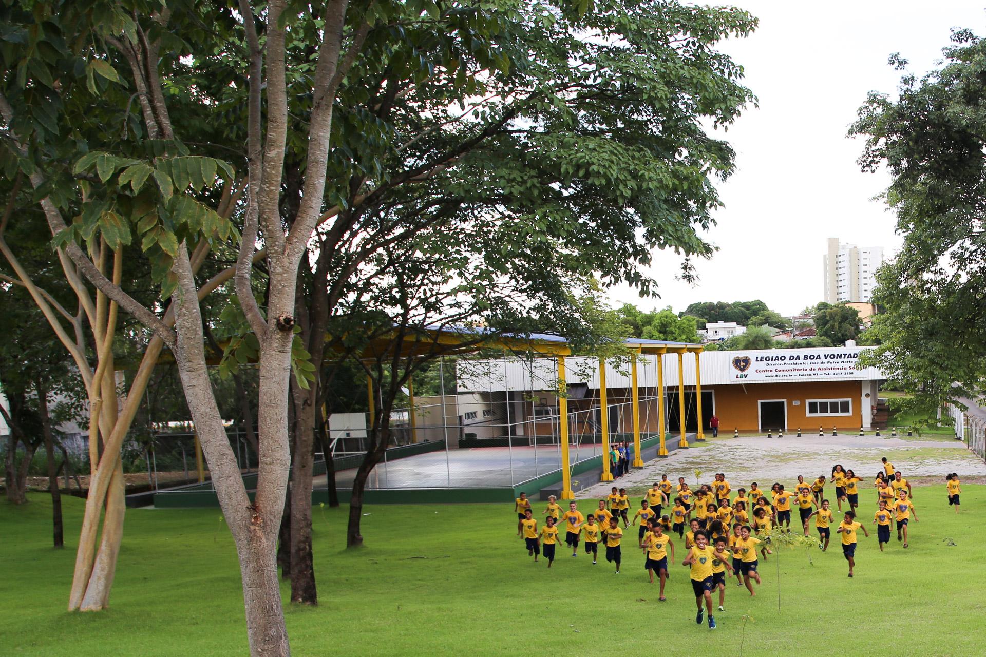Em um local de área verde privilegiada, as crianças têm contato com a natureza e podem praticar atividades ao ar livre.