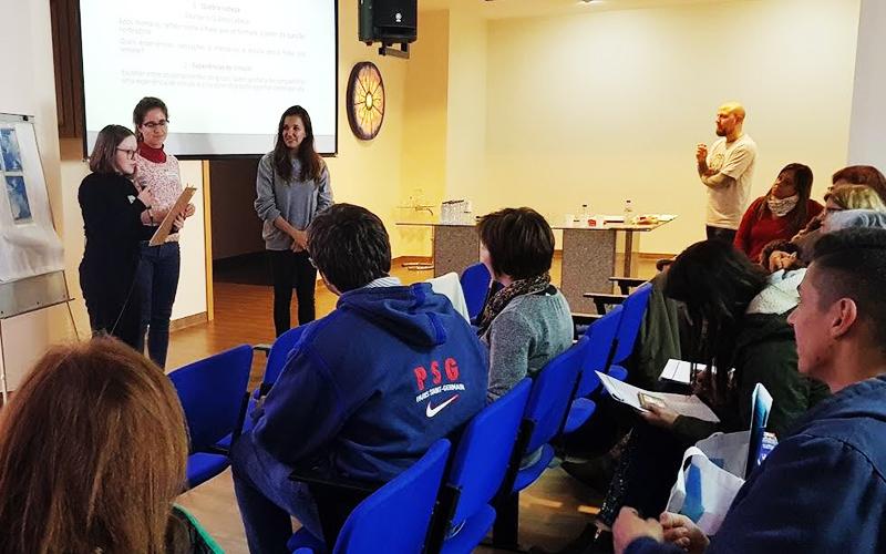 Porto, Portugal - Grupos se apresentam durante oficina sobre união de gerações e o fortalecimento de vínculos no processo de aprendizagem.