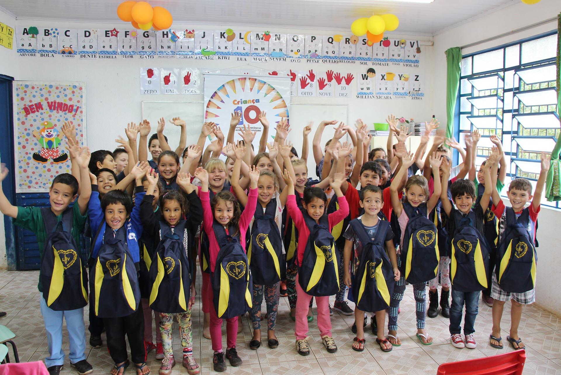 Chapecó/SC: LBV beneficia crianças que vivem emcomunidades vulneráveis com kits pedagógicos para todo o ano letivo.