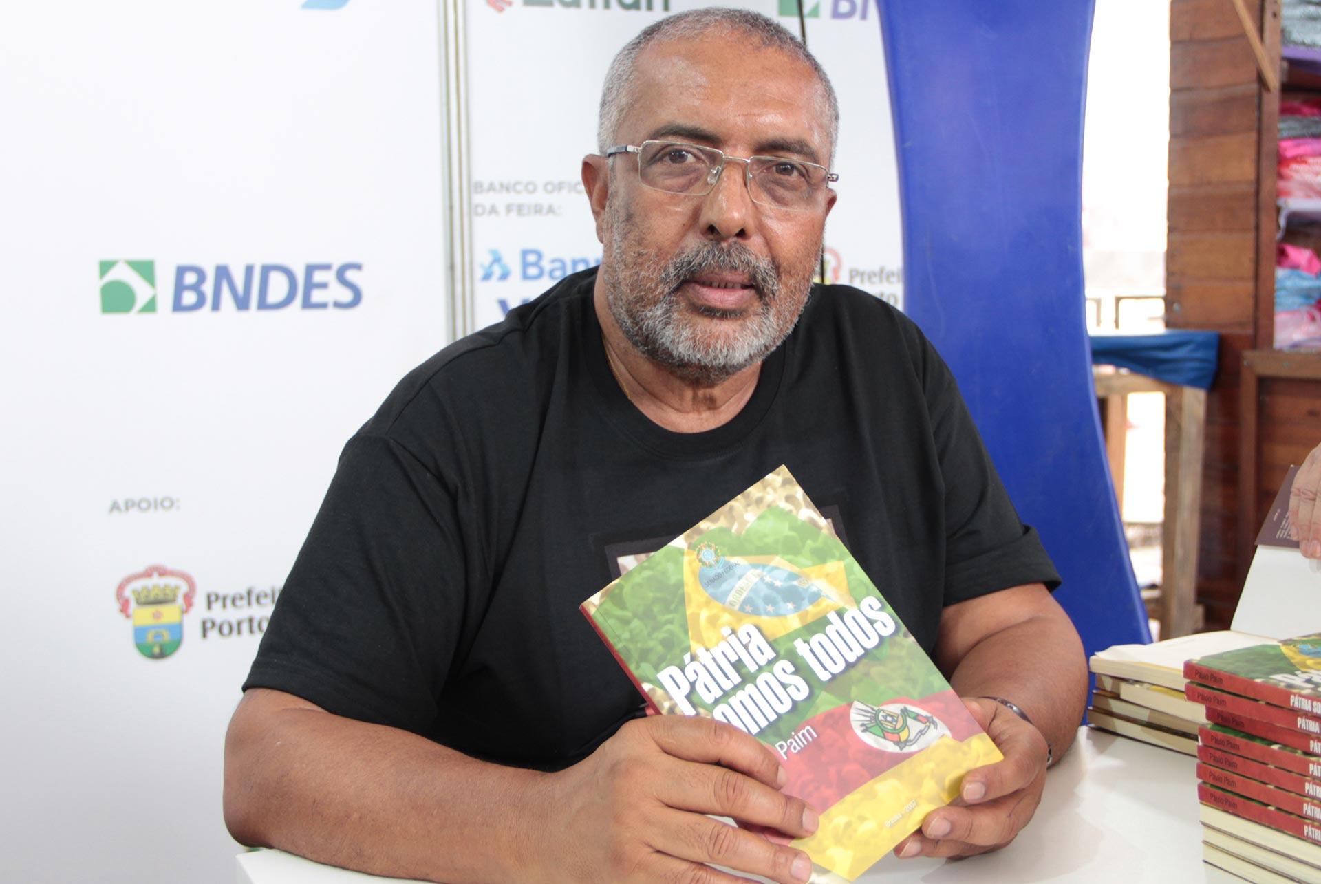 Porto Alegre, RS – O Senador Paulo Paim, esteve presente no evento e autografou a sua obra