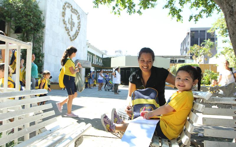 São Paulo, SP — Mãe e filha mostram a alegria ao conferirem os itens que compõem o kit pedagógico. Além do material, as crianças recebem durante todo o ano, alimentação balanceada, acompanhamento pedagógico e oportunidades para aproveitar a infância de forma saudável.
