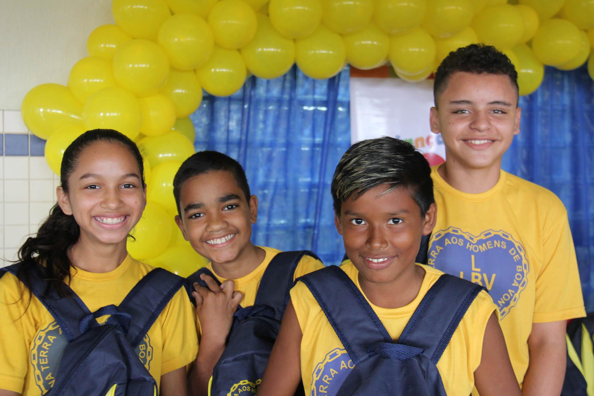 Manaus/AM - Satisfação para os pais e alegria para as crianças e jovens que, de agora em diante, terão material pedagógico para os seus estudos.