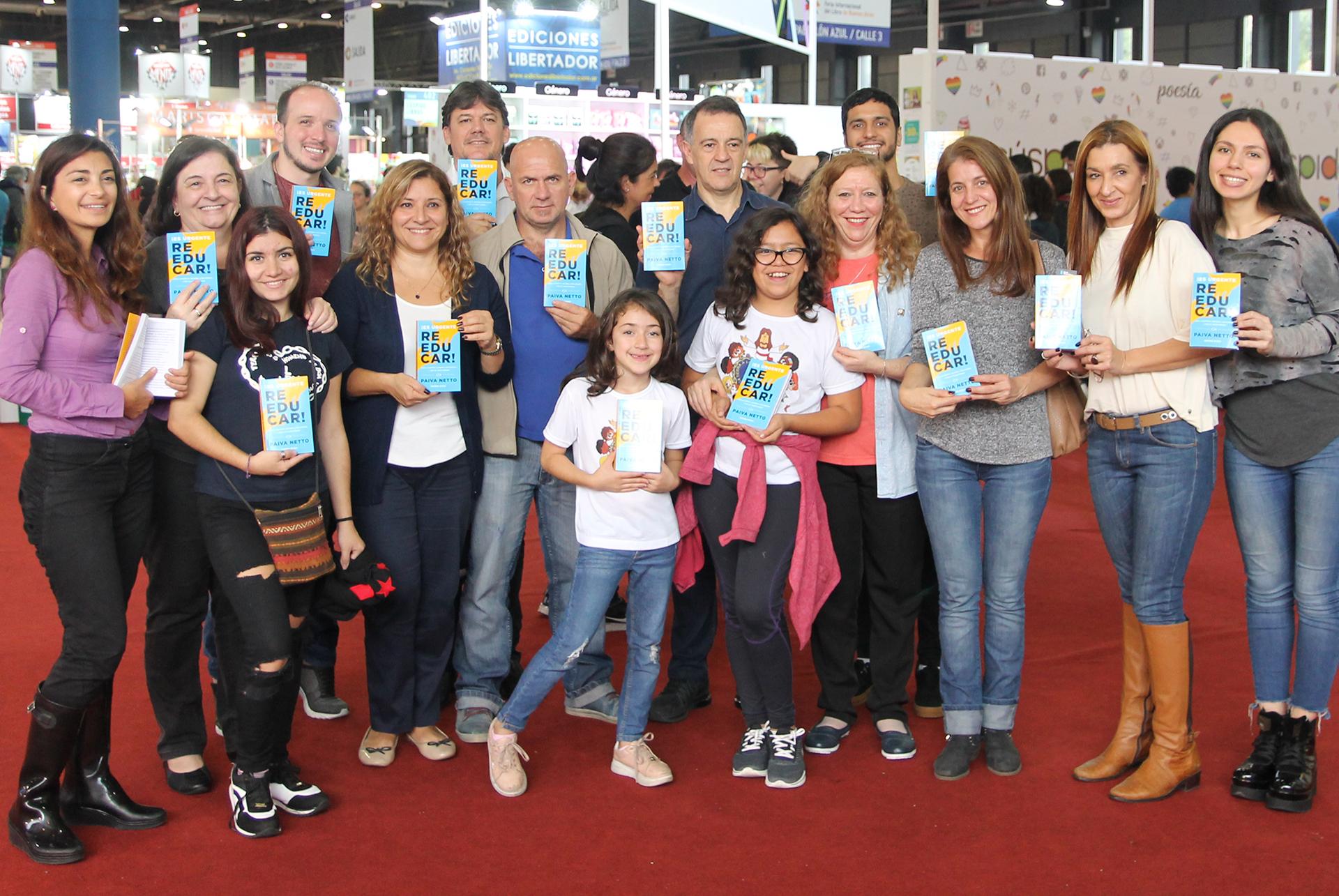 Participantes do Encontro Literário #EuLeioPaivaNetto, realizado na FeiraInternacional do Livro de Buenos Aires, Argentina.