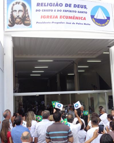 Franca, SP —Com grande expectativa para conferir as novas instalações, público aguarda odescerramento da fita inaugural.