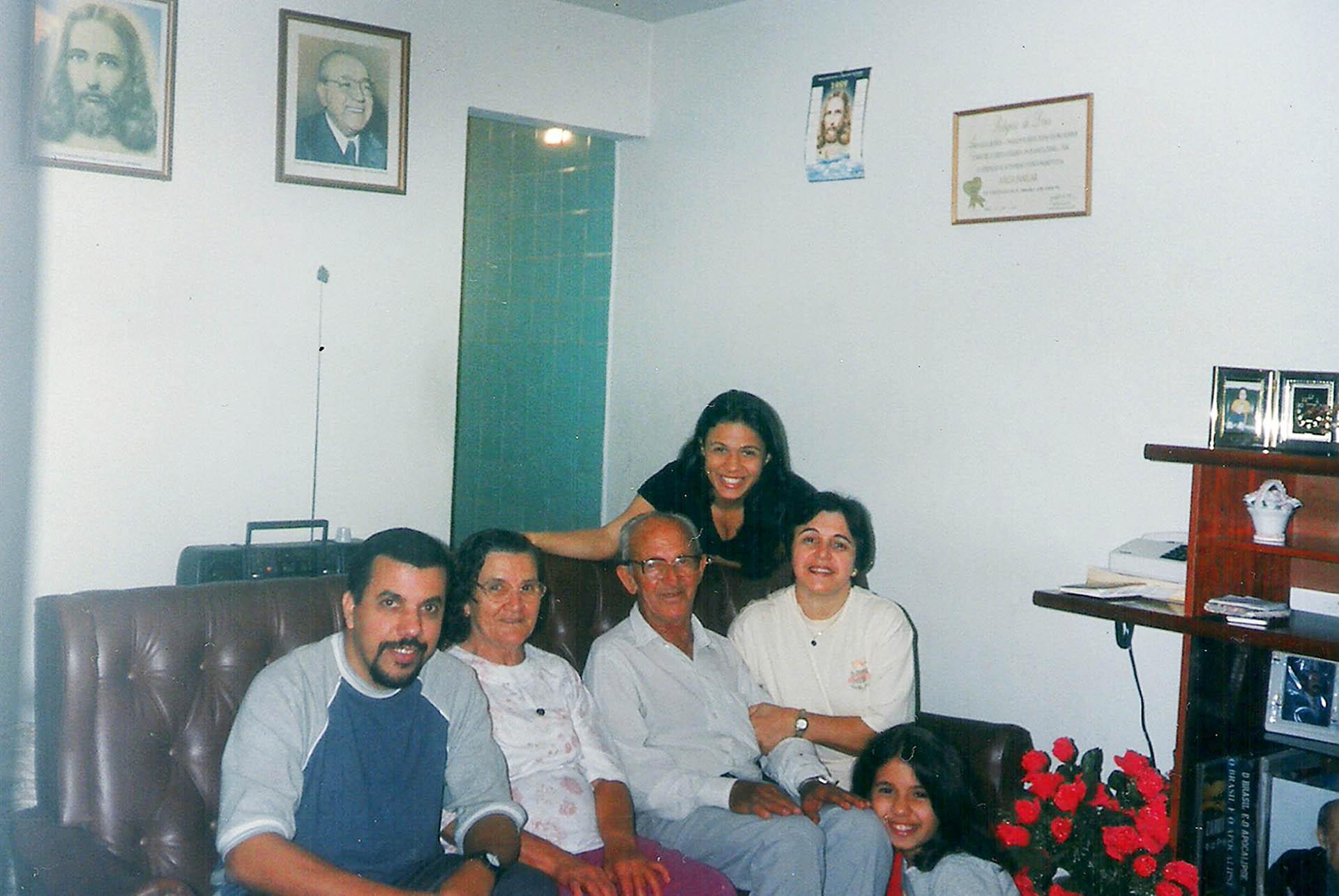Quero homenagear meus pais Carolina e José Zuquette que estão na Pátria Espiritual há 16 anos. Sou muito grata a eles por terem apresentado para mime para os meus irmãos a Religião de Deus, do Cristo e do Espírito Santodesde criança.É onde sempre encontramos orientação e esclarecimentos espirituais para conduzir nossas vidas no caminho do bem. Que eles recebam nosso amor e nossa gratidão eterna pelos pais maravilhosos que sempre foram. Na foto eles estão no centro do sofá, ladeados por mim, Aparecida Zuquette emeu esposo Arli, minha filha mais nova Rafaela Zuquette e minha filha mais velhaque também está na Pátria da Verdade, Esperança de Jesus.