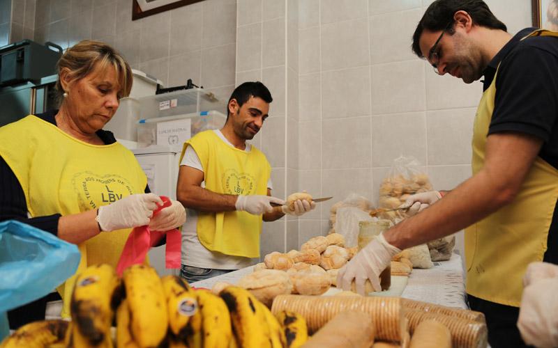 Lisboa, Portugal —O programa Ronda da Caridade conta com o apoio de voluntários, que ao longo da semana, coletam as doações para distribuição.