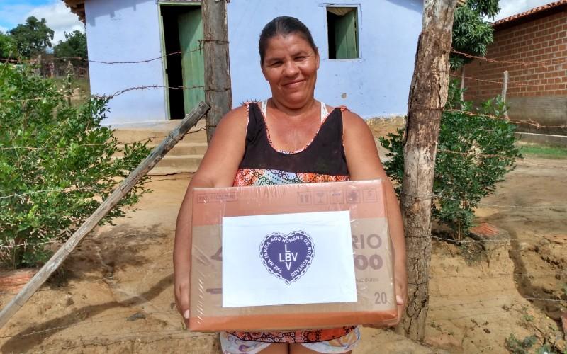 Araçuaí, MG —Famílias atendidas pela LBV no Vale do Jequitinhonha recebem cesta de alimentos, provenientes da campanha SOS Calamidades, neste momento de pandemia.