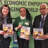 Nova York, EUA — Eliana Gonçalves (E), da LBV, entrega a participantes da 61ª Sessão da Comissão sobre a Situação da Mulhera revista BOA VONTADE Mulher, que apresenta as boas práticas da Instituição em favor do empoderamento feminino.