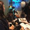 Nova York, EUA — Na foto, ogrupo de estudantes conversa com a equipe da LBV e recebe a publicação em espanhol.