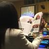 Nova York, EUA — Equipe da LBV entrega a participantes da 61ª Sessão da Comissão sobre a Situação da Mulhera revista Boa Vontade (em quatro idiomas), que apresenta as boas práticas da Instituição em favor do empoderamento feminino.