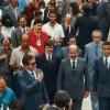 21 de outubro/1989: Chega o grande dia da inauguração!O TBV, erguido em tempo recorde(três anos e cinco meses) está pronto para receber a todos, sem exceção. Na foto,o diretor-presidente da LBV, sob a intensa emoção de todos os que lá seencontravam e ao lado de autoridades, dirigiu-se à entrada principal doMonumento para descerrar a faixa inaugural, ao som das sete badaladassimbólicas.