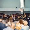21 de outubro/1989:Paiva Netto, ao centro da Nave do TBV, completamente tomada pelopovo, profere mensagem histórica sobre a missão irrestritamenteecumênica do Templo da Boa Vontade.