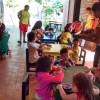 SANTA CRUZ DE LA SIERRA/BO — Atitude no Bem! Jovens de todas as idades realizaram atividade solidária em uma creche de crianças carentes, em celebração ao Dia Internacional da Juventude, comemorado no dia 12 de agosto. Na oportunidade, fizeram pinturas nas salas de aulas, e claro,levaram muita alegria às crianças.