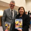 Nova York, EUA — Adriana Parmegiani, da LBV, com o embaixador daIslândia, sr. EinarGunnarsson.