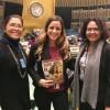 Na foto, a sra. Delsa Desavedra (E), diretora do Instituto Nacional da Mulher (INAMU)e Eyra Harbar (à direita), assessora do Despacho Superior do Instituto Nacional da Mulher (INAMU) do Governo do Panamá, recebem de Sâmara Malaman a publicação da LBV.