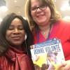 New York, EUA — Mariam Ina Koita, vice-presidente da ONG Inter-Action Globale (I.A.G) da República do Mali, recebe das mãos de Conceição Albuquerque a revista BOA VONTADE Mulher, versão em francês.