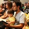 """São Paulo, SP — Famílias acompanham junto com as crianças o novo livro """"Vamos orar com Jesus""""."""