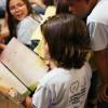 """São Paulo, SP — As crianças acompanham a leitura do livro """"Vamos orar com Jesus""""."""