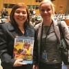 Nova York, EUA — Katariina Hyvärinen (D), coordenadora da Coalisão de Associações das Mulheres Filandesas recebe a publicação da LBV.
