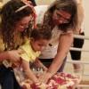 Ribeirão Preto, São Paulo — Durante Unção Ecumênica de Revitalização Espiritual, crianças e suas famílias recebem as fluídos Divinos contidos na Pia Sagrada, da Religião Divina.