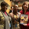 New York, EUA — Esther Paul-Gundu, membro da delegação da Nigéria (esquerda) e Anny T. Modi, membro da delegação do Congo (ao centro) recebem de Adriana Pamegiani, da LBV, a revista BOA VONTADE Mulher.