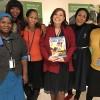 Nova York, EUA —Delegação da Botswana recebe de Adriana Parmegiani (ao centro) a revista da LBV, que apresenta boas práticas e histórias inspiradoras do fortalecimento da mulher na sociedade.